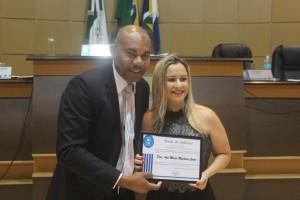 Vereador Luis Costa entrega Moção de Aplausos a Delegada titular da DERF durante sessão ordinária