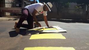 Vereador Luis Costa ajuda comunidade com pinturas de faixas de pedestre e quebra-molas